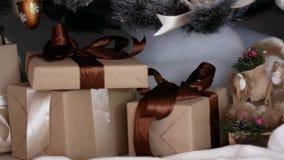 Gåvor för nytt år under julgranen Posta julprydnader lager videofilmer