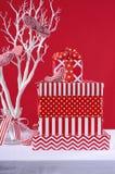 Gåvor för röd och vit jul Arkivbilder