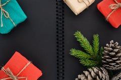 Gåvor för ` s för jul och för nytt år på en bakgrund av en notepad arkivbild