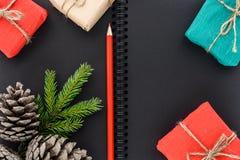 Gåvor för ` s för jul och för nytt år på en bakgrund av en notepadpape royaltyfria foton