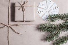 Gåvor för ` s för nytt år i Kraft papper royaltyfria foton