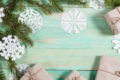 Gåvor för ` s för nytt år i Kraft papper arkivbilder