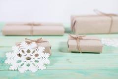 Gåvor för ` s för nytt år i Kraft papper arkivfoton