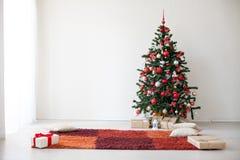 Gåvor för träd för nytt år för vitt rum för juldekor royaltyfri bild