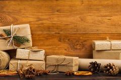 Gåvor från Kraft papper som dekoreras beautifully för jul, är på tabellen arkivfoto