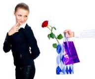 gåvor ger mannen till kvinnan Royaltyfria Foton