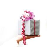 gåvor hand presenterat till kvinnan royaltyfri bild