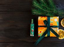 Gåvor i apelsin och dokument med olika förslag på träbakgrunden för vänner och familj shoppa, nytt år och julbegrepp fotografering för bildbyråer