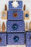 Gåvor i blått inpackningspapper på tabellen royaltyfri fotografi
