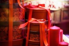 Gåvor i röd ask på jul Arkivfoto