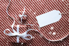 Gåvor med etiketten, snöflingor, kopieringsutrymme Royaltyfri Fotografi