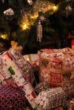 Gåvor med julgranen arkivbild