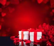 Gåvor med rosor på den svarta glass tabellen Royaltyfri Foto