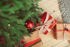 Gåvor nära julgranen royaltyfri fotografi