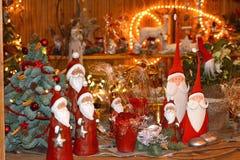 Gåvor och leksaker på julmarknad royaltyfri foto