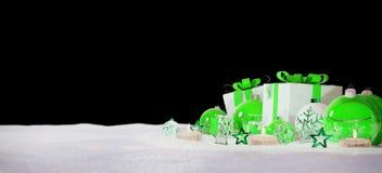 Gåvor och struntsaker för grön och vit jul på tolkning för snö 3D Royaltyfria Bilder