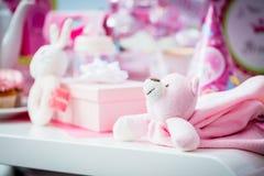 Gåvor på baby showerpartiet Royaltyfria Foton