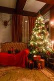 Gåvor på julgranen Julafton vid levande ljus klassiska lägenheter med en spis Royaltyfria Bilder