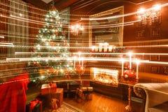 Gåvor på julgranen Julafton vid levande ljus klassiska lägenheter med en spis Arkivfoto