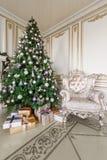 Gåvor på julgranen julskogen knurled morgon som snöig trails övervintrar wide klassiska lyxiga lägenheter med en vit spis, soffa, Arkivbilder