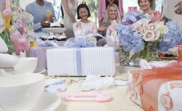 Gåvor på tabellen på en baby shower Royaltyfria Bilder