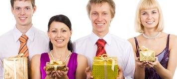 gåvor som rymmer emballage royaltyfri bild