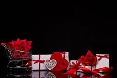 gåvor som shoppar trolleyen valentin för dag s royaltyfri bild