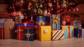 Gåvor som visas under julträdet - stoppa rörelseanimeringen arkivfilmer