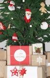 Gåvor under dekorerat julträd Fotografering för Bildbyråer