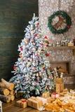 Gåvor under den dekorerade julgranen Arkivfoto