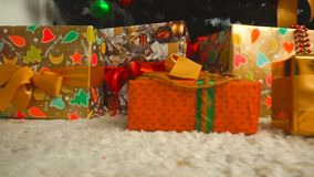 Gåvor under julgranen arkivfilmer