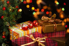 Gåvor under julgranen Arkivbilder