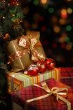 Gåvor under julgranen Royaltyfri Bild