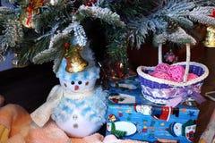 Gåvor under julgranen Arkivfoto