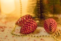 Gåvor under julgranen i omgivande vardagsrum med spisen arkivfoton