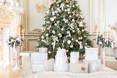 Gåvor under julgranen i vardagsrum Hemmastatt nytt år för familjferie arkivfoto