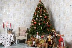 Gåvor under julgranen vita röda stjärnor för abstrakt för bakgrundsjul mörk för garnering modell för design Arkivfoton