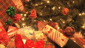 Gåvor vid julgranen lager videofilmer