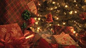 Gåvor vid julgranen arkivfilmer