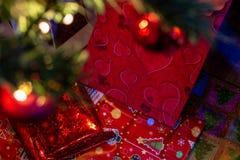 Gåvorna under julträdet fotografering för bildbyråer