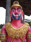 Géant devant le temple thaïlandais de porte, Hadyai, Thaïlande Images libres de droits