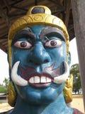 Géant devant le temple thaïlandais de porte, Hadyai, Thaïlande Image libre de droits