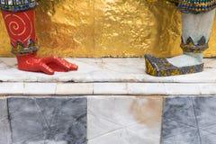 Géants Bouddha de pied dans le palais grand, Thaïlande Images libres de droits