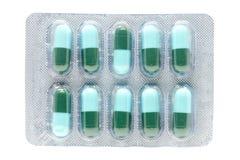 Gélule antibiotique de pilules de vert bleu dans le habillage transparent Photos stock
