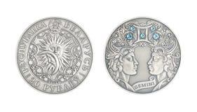 Géminis astrológicos de la muestra de la moneda de plata imagen de archivo