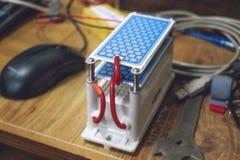 Générateur de l'ozone de DIY, ozoniseur Générateur résistant DIY de l'ozone avec le traitement bleu de plats Foyer s?lectif photographie stock libre de droits