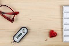 Générateur de mot de passe d'opérations bancaires par télématique sur un bureau en bois, un clavier d'ordinateur avec l'espace de photos libres de droits