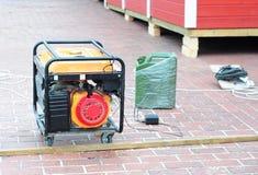 Générateur de réserve - équipement d'alimentation extérieur Générateur de secours mobile sur le chantier de construction photographie stock libre de droits