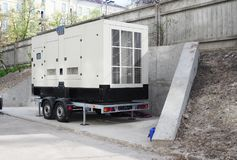 Générateur de secours commercial Le grand générateur de secours pour l'immeuble de bureaux s'est relié au panneau de commande au  photos stock