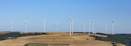Générateur de vent dans le paysage rural sous le ciel bleu images libres de droits